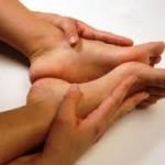 Целитель чесноком и глиной исцеляет мозоли и кисты.